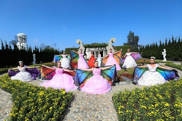 Trong vườn hoa Le Jardin DAmour, những chú bướm xinh đẹp sặc sỡ đủ màu do các nghệ sỹ Ukraine hóa thân góp thêm sắc xuân lộng lẫy cho miền tiên cảnh.