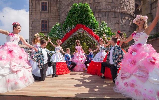 """Vườn hoa Bà Nà Hills mùa Xuân này đặc biệt vô cùng, bởi có sự xuất hiện của những """"bông hoa biết múa"""". 40 nghệ sỹ châu Âu đã hóa thân thành những bông hoa di động, trong các bộ cánh cầu kì và sặc sỡ, làm nên những show carnival đặc sắc và khác hẳn so với nhiều carnival Bà Nà mà du khách thường thấy."""