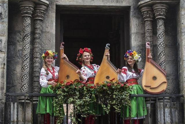 Những cô gái chơi đàn bandura truyền thống tấu lên những bản hòa tấu dân gian của đất nước Ukraina xa xôi, như mang cả châu Âu về với xứ sở này. Hòa trộn trong hương sắc của đất trời và các loài hoa, những giai điệu ấy, tình khúc ấy, cứ tự nhiên trở thành men say ngây ngất.