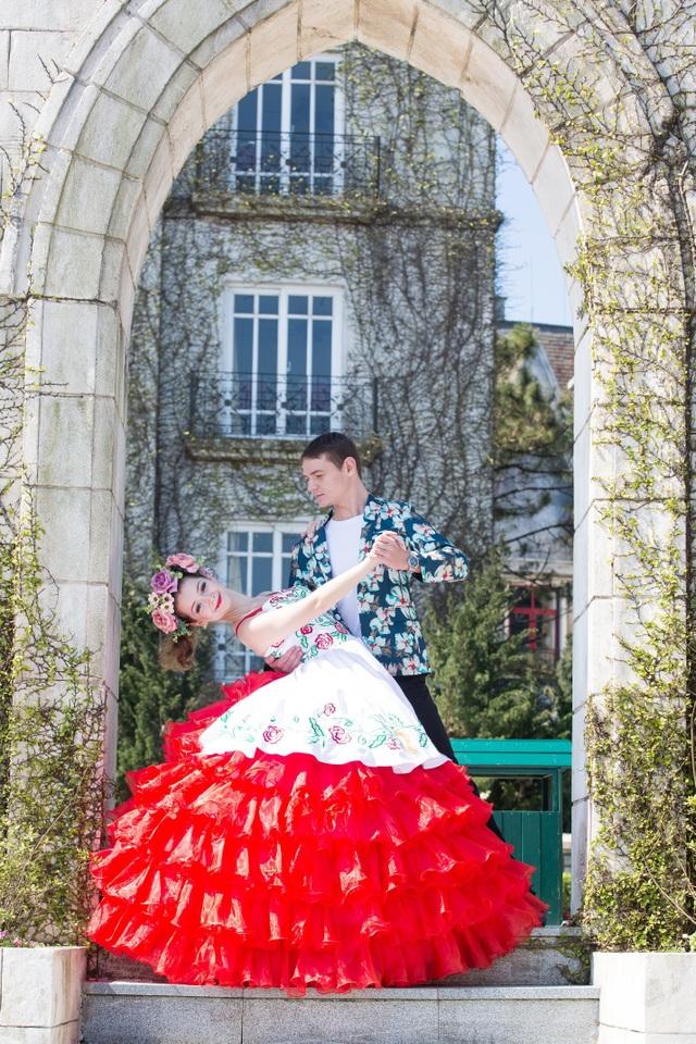 """Điệu valse tình tứ hay vũ điệu cuồng nhiệt mang tên """"Dạ vũ mùa xuân, """"Vũ khúc ngày đẹp tươi"""" do các nghệ sĩ châu Âu trẻ trung biểu diễn quanh khu vực Quảng trưởng Du Dôme khiến đôi chân du khách không thể đứng yên. Đến Lễ hội """"Xứ sở muôn sắc hoa"""", bỗng thấy cuộc sống ngọt ngào hơn, và giây phút đầu tiên của mùa xuân trở nên ấn tượng, ý nghĩa hơn."""