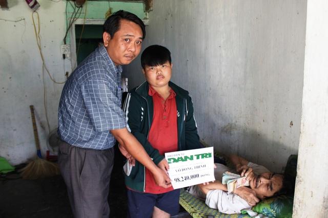 Ông Lê Mến Thương trao số tiền 98.240.000 triệu đồng cho gia đình ông Võ Đồng Thinh.