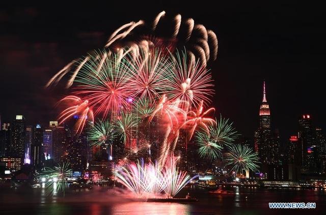Pháo hoa trên sông Hudson ở New York (Ảnh: News.cn)
