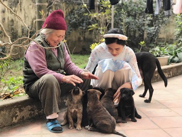 """""""Ngoại thường kể cho Hân nghe về những con chó đã từng nuôi theo năm tháng, chúng có đặc điểm gì, khôn như thế nào... Giống chó Phú Quốc lai H'Mông cộc đuôi (chó mẹ giống Phú Quốc, chó bố giống H' Mông cộc đuôi). Đây là 2 giống chó cực thông minh, nhanh nhạy, khoẻ mạnh và trung thành. Hai giống chó này được xem là tứ đại quốc khuyển của Việt Nam"""", Ngọc Hân cho biết."""