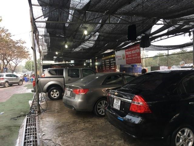 29 Tết, ôtô xếp hàng chờ được rửa đón Tết. Giá rửa xe tăng mạnh so với ngày thường.