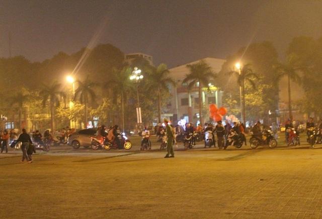 Người dân đổ về quảng trường Lam Sơn để du xuân và chờ đón giao thừa