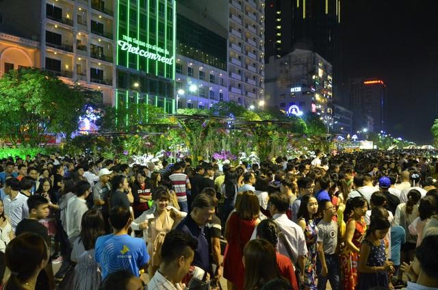 Pháo hoa bừng sáng, người dân cả nước nao nức mừng năm mới - 31