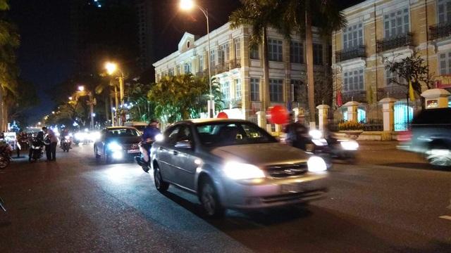 19h tối, người xe bắt đầu ra phố đón giao thừa mỗi lúc một đông