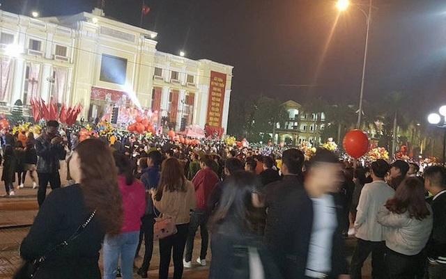 Nhà văn hoá tỉnh Hà Nam ken đặc người chờ xem bắn pháo hoa trước khách sạn Hoà Bình