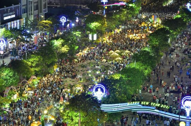 Pháo hoa bừng sáng, người dân cả nước nao nức mừng năm mới - 40