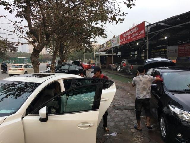 Dịch vụ rửa xe đông khách vào ngày cận Tết Nguyên đán