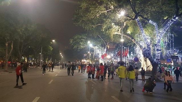 Pháo hoa bừng sáng, người dân cả nước nao nức mừng năm mới - 13