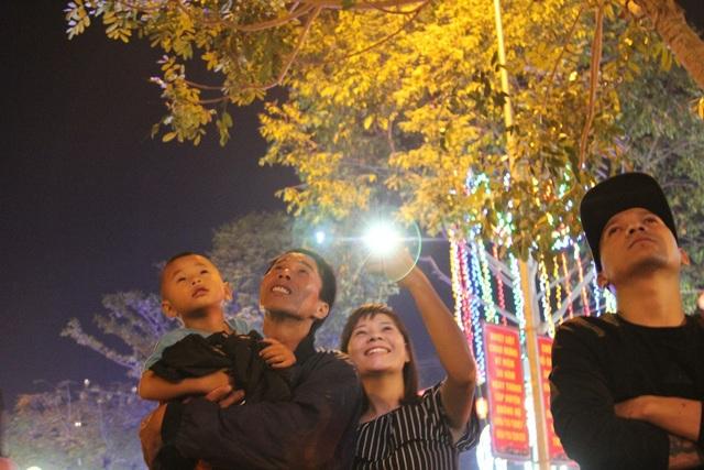 Một gia đình xem pháo hoa tại Đắk Nông (ảnh: Dương Phong)