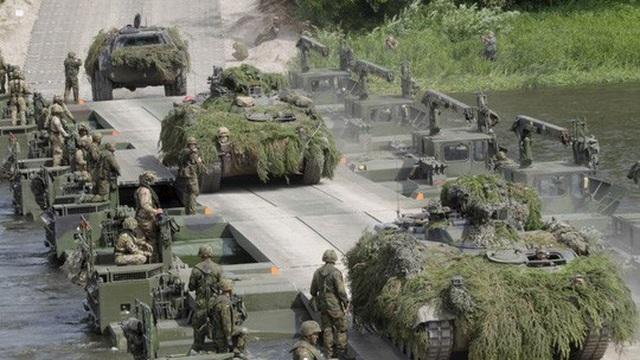 """Các cuộc tập trận cũng có thể gây ra âm thanh rền vang bí ẩn. Trong ảnh: Binh sĩ NATO trong cuộc tập trận """"Iron Wolf 2017"""" ở Stasenai - Lithuania Ảnh: EPA"""