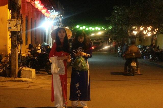 Rất đông du khách đến từ Hàn Quốc diện tà áo dài Việt Nam để đi dạo phố đêm 30 Tết