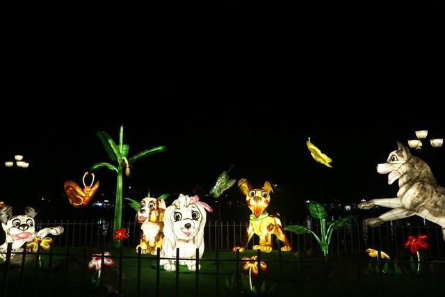 """Vườn tượng An Hội được trang trí bằng linh vật năm 2018 thu hút mọi người đến chiêm ngưỡng và """"tự sướng"""""""
