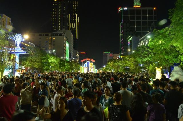 Cổng chính đường hoa Nguyễn Huệ chật nêm người
