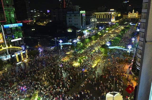 Pháo hoa bừng sáng, người dân cả nước nao nức mừng năm mới - 39