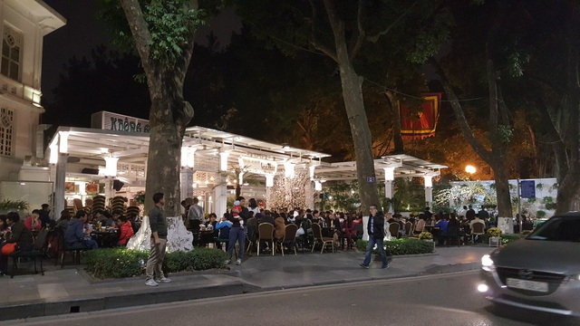 Một quán cà phê trên đường Lê Thái Tổ, gần trụ sở Báo Hà Nội Mới - nơi diễn ra màn bắn pháo hoa tầm cao tối nay.