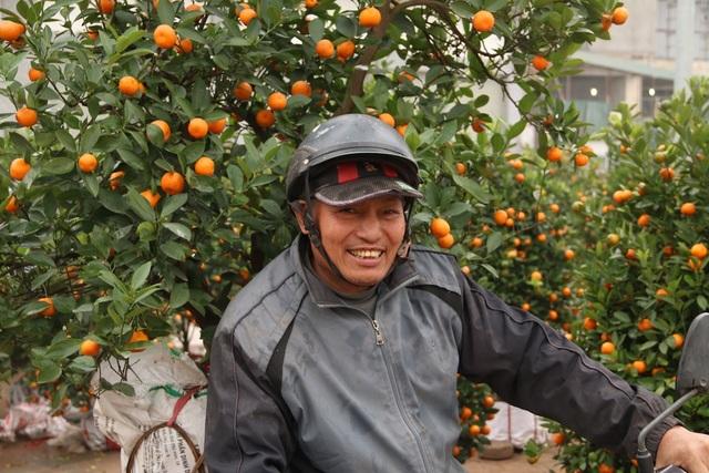 Ông Lê Văn Minh (quê Quốc Oai, Hà Nội) vẫn miệt mài chở quất thuê dù hôm nay đã là 30 Tết. Tôi sẽ làm cho đến khi nào các chủ buôn quất dọn hết hàng mới về, ông Minh chia sẻ.