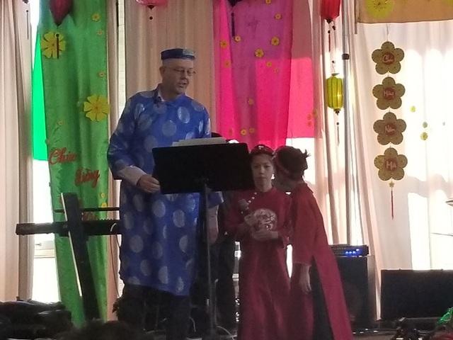 Chồng chị Ai My cùng hai con gái 9 và 7 tuổi lên sân khấu cùng nhau hát bài Thương ca Tiếng Việt.