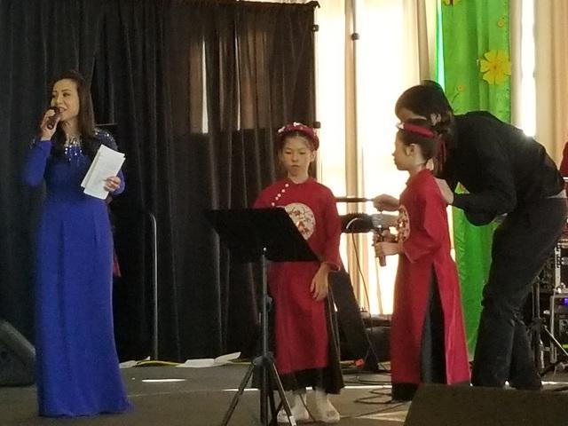 Hai bé gái còn song ca bài Quê hương trong sự hưởng ứng của đông đảo bà con người Việt.