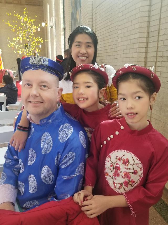 Chị Ai My cùng chồng và hai con diện áo dài truyền thống trong buổi tiệc đón Tết sớm của cộng đồng người Việt ở bang Minnesota.