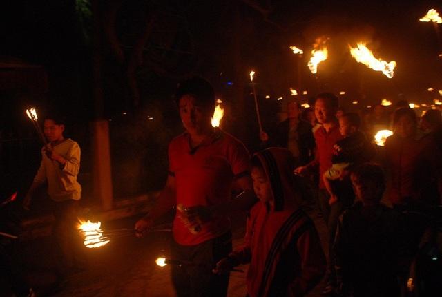 Người dân xin lửa từ đình làng rồi rước về nhà mình