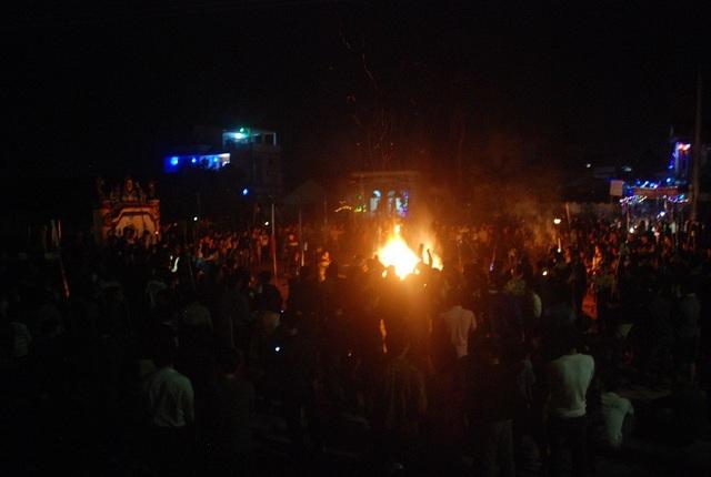 Ngọn lửa thiêng được thắp sáng tại sân đình