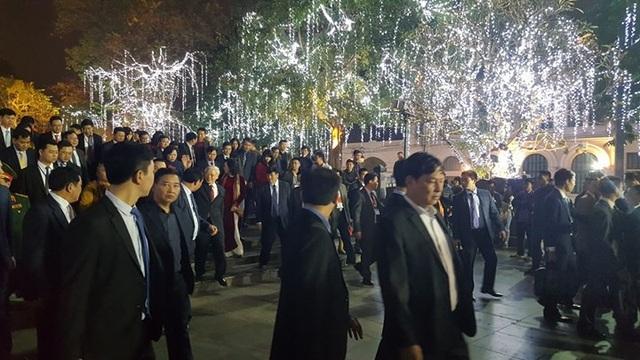 Pháo hoa bừng sáng, người dân cả nước nao nức mừng năm mới - 8
