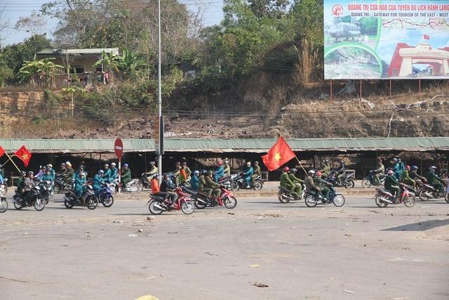 Lực lượng chức năng diễu hành tại thị trấn vùng biên Lao Bảo, huyện Hướng Hóa