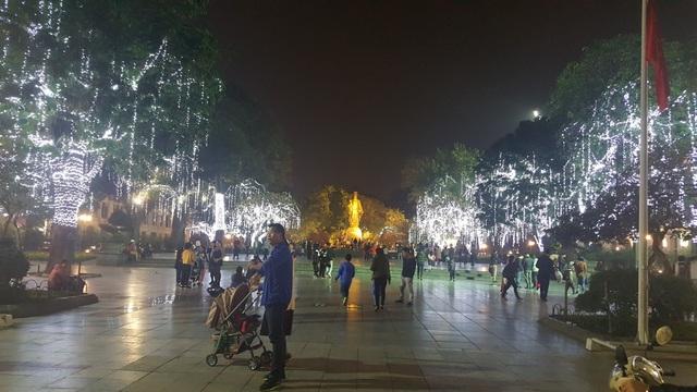 Khu vực tượng đài Lý Thái Tổ được trang trí rực rỡ.