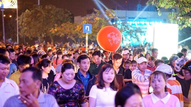 Hàng chục ngàn người tiến về khu vực trung tâm của khu công nghiệp Hiệp Phước