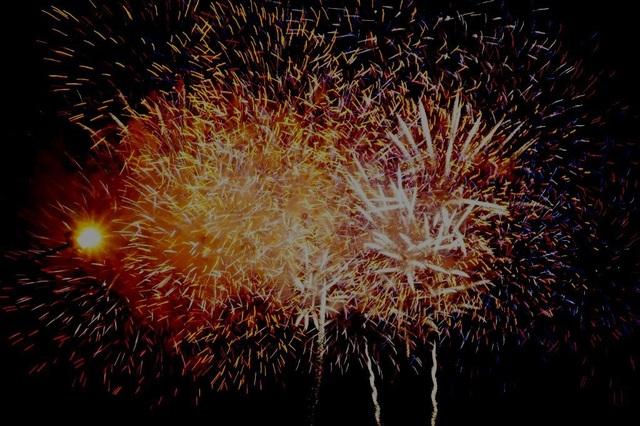 Công nhân huyện vùng ven háo hức với màn pháo hoa chào năm mới - 11