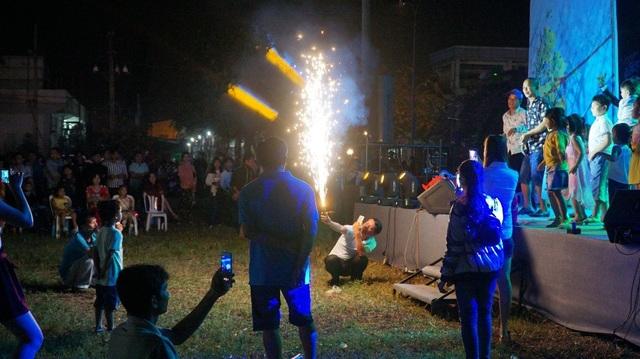 Trước giờ giao thừa, người dân và công nhân chơi pháo hoa điện