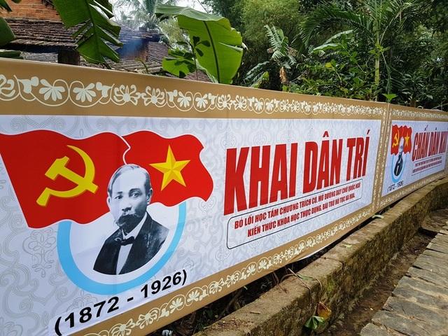 Những khẩu hiệu của chí sĩ Phan Châu Trinh được trang trí bên cạnh lối dẫn vào nhà lưu niệm