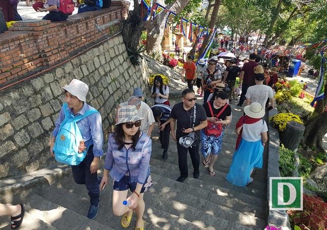 Du khách lên thăm tháp bà Ponagar Nha Trang những ngày giáp Tết Mậu Tuất