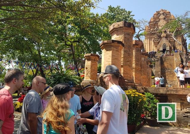 Du khách nước ngoài tìm hiểu về khu tháp, nét đẹp văn hóa bản địa
