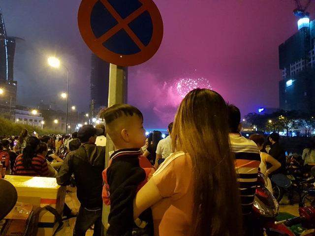 Mọi người ồ lên vui vẻ khi những đợt pháo đầu tiên được bắn lên bầu trời