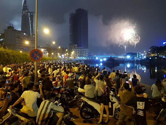 Người dân hào hứng thưởng thức pháo hoa mừng năm mới - 1