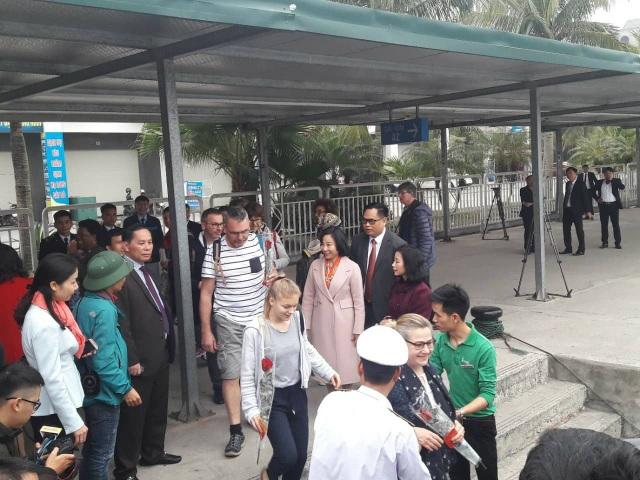 Lãnh đạo tỉnh Quảng Ninh, lãnh đạo TP. Hạ Long ra tận nơi đón và cảm ơn các du khách