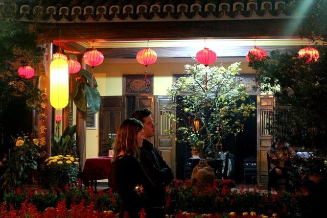 Du khách nước ngoài rất thích thú với phong tục truyền thống của người Việt Nam. Nhiều du khách theo đạo Phật cũng đã đến đây cầu nguyện may mắn, bình an…