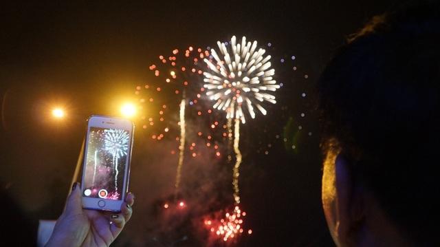 Từng quả pháo hoa phát hỏa bắn lên không trung mang theo hy vọng của người dân về một năm mới sung túc, đủ đầy