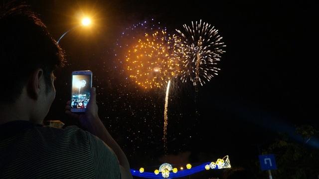 Một người dân đang ghi lại khoảnh khắc ấn tượng của pháo hoa