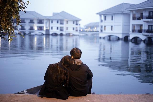 Một đôi trẻ đón những giây phút đầu tiên của năm mới tĩnh lặng và bình yên cùng nhau bên vệ hồ Tây