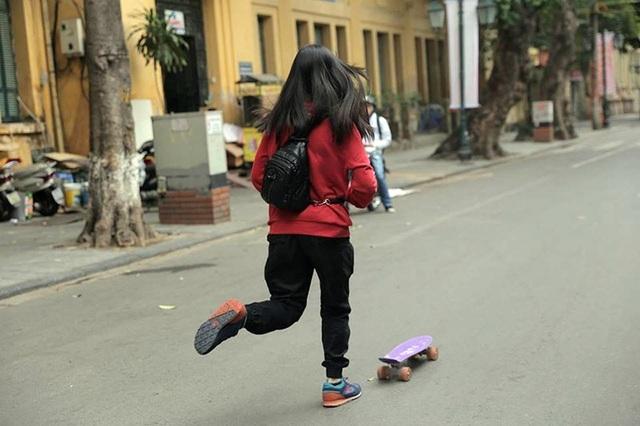 Một cô gái tận dụng những ngày vắng vẻ hiếm hoi của Hà Nội để thỏa sức với niềm đam mê trượt ván