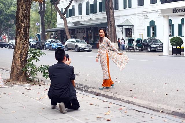 Một thiếu nữ lựa chọn ghi lại những hình ảnh đẹp ngày đầu năm với trang phục áo dài truyền thống