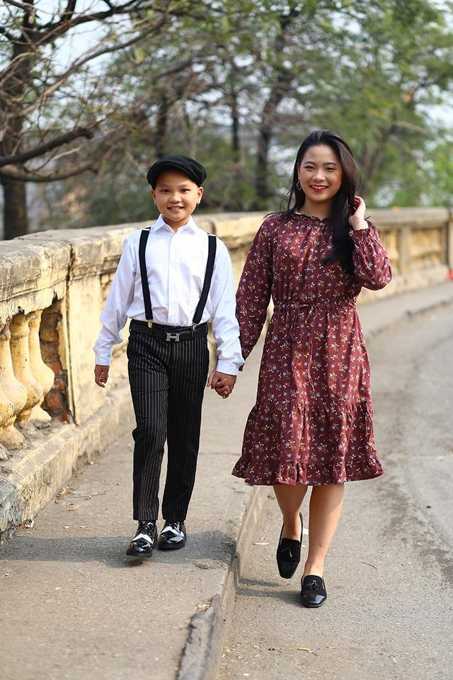 Kiện tướng dancesport Phan Nguyễn Quỳnh Hương tranh thủ đưa em trai đi dạo chơi và chụp ảnh theo phong cách hoài cổ