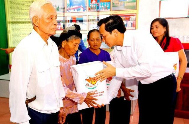 Bộ trưởng Đào Ngọc Dung trao quà tới người có công tại xã Trực Khang (huyện Trực Ninh, tỉnh Nam Định) nhân dịp Kỷ niệm 70 năm Ngày thương binh liệt sỹ.