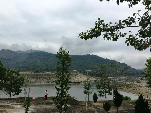 Và dòng sông nước trong xanh hiền hòa uốn lượn quanh đền, tạo cho người dân và du khách cảm giác khoan khoái.