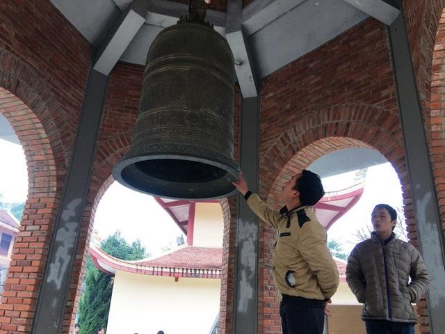 Du khách khi đến đây đều muốn được ngắm nhìn và chạm tay vào chiếc chuông khổng lồ để cầu may.